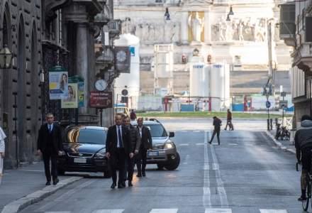 Papa Francisc, pe jos pe străzile pustii ale Romei, pentru a se ruga pentru sfârşitul pandemiei de coronavirus