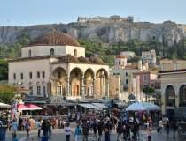 Mii de greci fug de...