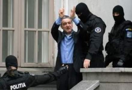 "Becali ""pozeaza"" in detinut model: latifundiarul s-a autodenuntat ca a gasit 1.000 euro in pantaloni"
