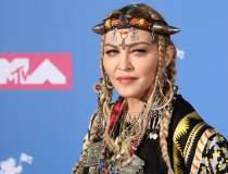 Madonna donează un milion de...