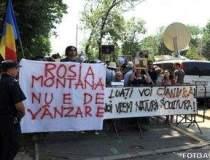 Protest la Universitate fata...