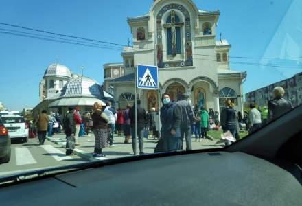 Zeci de persoane s-au strâns să ia agheasmă la o biserică din Năvodari: preotul, amendat cu 2.000 de lei
