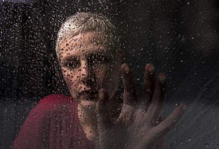 Psiholog: Izolarea de colegi poate duce la depresie. Sfat: menține-ți contactul cu persoanele cunoscute!