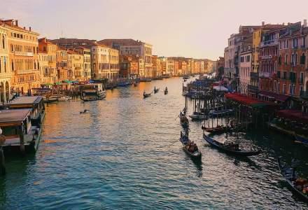 COVID-19 | Un grup de voluntari din Veneția transportă produse alimentare cu ajutorul GONDOLELOR