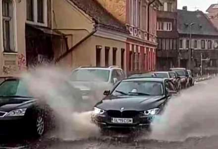 Pietoni din Brașov, udați din cap până în picioare de un șmecher cu BMW