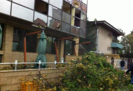 HAOS in tara: circulatie dificila din cauza zapezii PLUS fatada unui hotel din Primaverii, avariata de vijelie [Update]