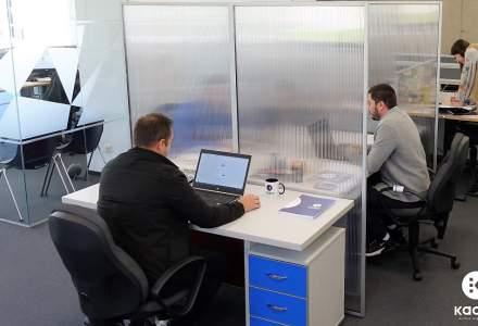 O companie românească scoate pe piață panouri separatoare antivirus pentru angajații din birouri