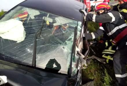 Prima zi fără restricții readuce haosul pe șoselele din țară. În Timișoara, un șofer a rămas încarcerat după ce două mașini și un autotren s-au ciocnit