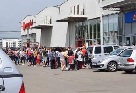 Aglomerație și reguli nerespectate la Pepco Florești: cozi în afara și în interiorul magazinului; oameni fără mască de protecție