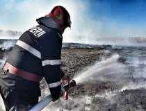 Incendiu de vegetaţie uscată...