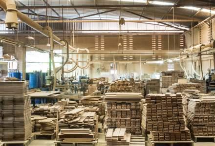Fabrică de mobilă, amendată cu 200.000 de lei, după ce angajaţii care aveau contractele suspendate au fost găsiţi la muncă
