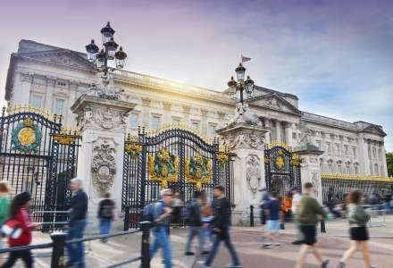 Palatul Buckingham va tăia anul acesta 380 de locuri de muncă temporare