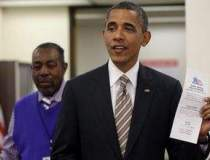 Barack Obama semneaza textul...