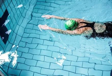Nataţie: Sportivii, obligaţi să poarte mască până la intrarea în bazine; e interzis scuipatul sau suflatul nasulu
