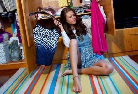 Reciclarea hainelor: Blocați în casă cu șifonierele pline în timpul pandemiei, oamenii caută opțiuni pentru hainele vechi