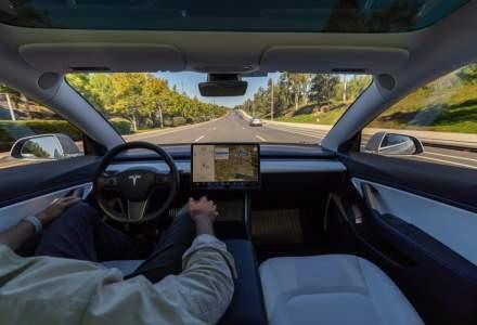 Tesla începe să permită mașinilor să treacă pe verde