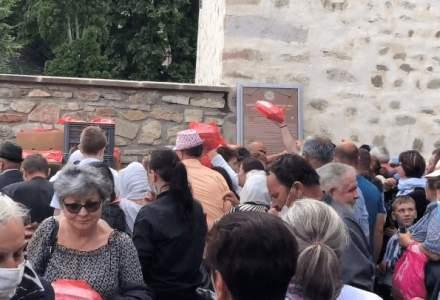 VIDEO Pelerinaj la Suceava: Mii de oameni s-au îmbulzit, nu au păstrat distanța socială și nu au purtat măști de protecție