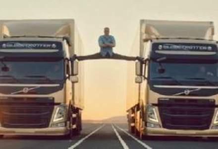 Reclama pentru Volvo: Van Damme a facut spagatul pe doua camioane in miscare
