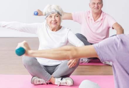 Gabriela Firea le oferă pensionarilor gantere și un voucher pentru sala de fitness