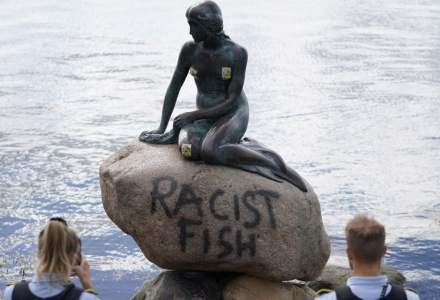 """""""Mica Sirenă"""", o celebră statuie din Copenhaga, vandalizată cu mesajul """"Peşte Rasist"""""""