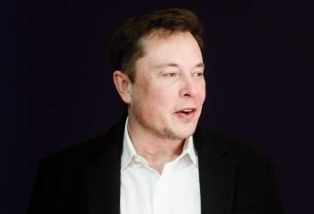"""Elon Musk lovește din nou: Tesla a lansat pantalonii scurți """"S3XY"""", care s-au vândut ca pâinea caldă"""