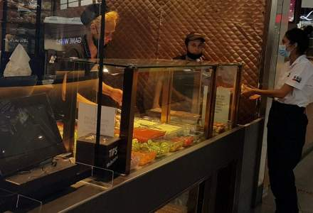 FOTO | Cât de corect se poartă masca într-un mall din București