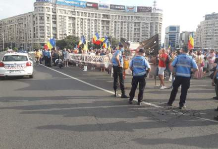 Protest în Piața Victoriei împotriva carantinei: Un grup de 200 de persoane fără măști protestează și recită rugăciuni