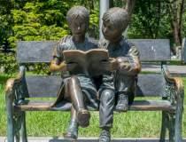 Statuile din București își...