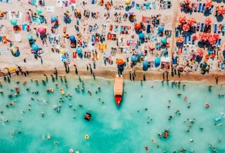 N-avem bani de vacanțe, dar plajele duduie de turiști. Cum e posibil?
