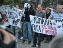 Zeci de protestatari au...