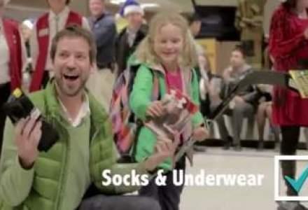 VIDEO Mos Craciun face marketing: cum au REACTIONAT pasagerii care au primit cadouri pe banda de bagaje