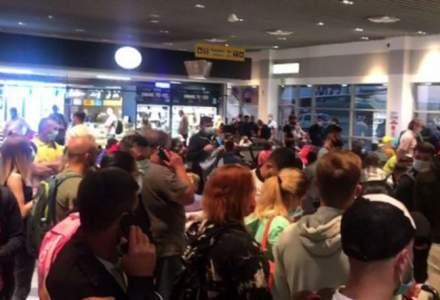 Haos pe Aeroportul Iași, fără măsuri de distanțare și, uneori, fără mască purtată corect