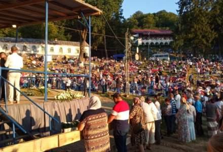 Mii de oameni participă la pelerinajul de la Mănăstirea Nicula din Cluj