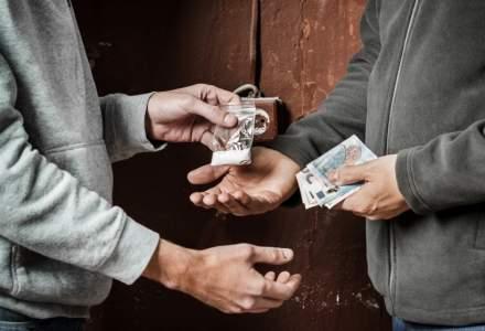 Traficanţi de droguri aduceau cocaină în România în sticle de plastic ascunse în rezervorul maşinii