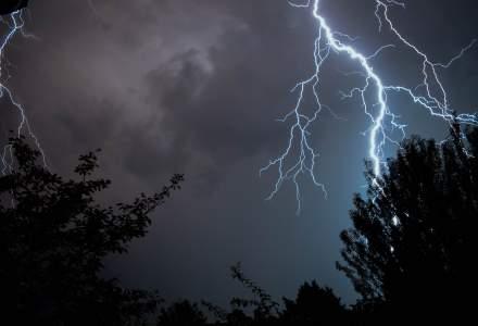 Cod portocaliu de furtuni în aproape jumătate din ţară, până miercuri după-amiaza