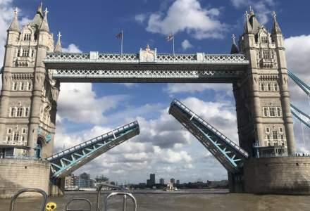 Aglomerație în Londra: Tower Bridge s-a blocat în timp ce era suspendat