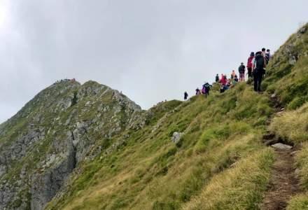 FOTO Aglomerație incredibilă pe cel mai înalt munte din România