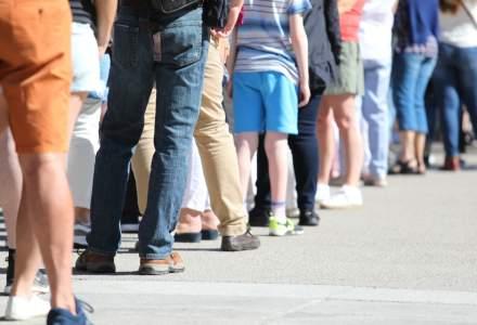 Cozi cu sute de profesori care așteaptă să fie testați pentru COVID-19, pe străzile din Madrid