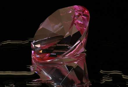 Un diamant violet-roz foarte rar, estimat la 38 mil. dolari, scos la licitație
