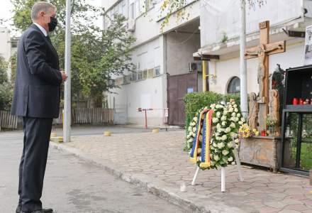 5 ani de la tragedia de la Colectiv | Klaus Iohannis a depus o coroană de flori în memoria victimelor incendiului devastator