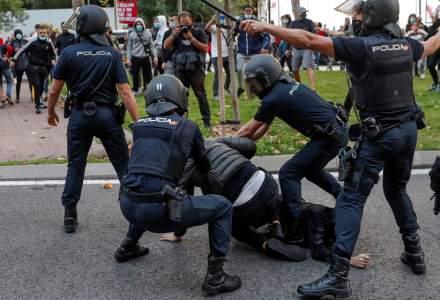 Lupte de stradă în Madrid între poliţie şi protestatarii care manifestă împotriva restricţiilor COVID