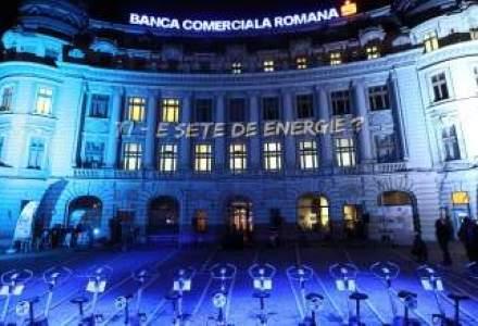 (P) Peste 400 de bucuresteni au dat viata celei mai spectaculoase proiectii laser pe cladirea BCR din Piata Universitatii