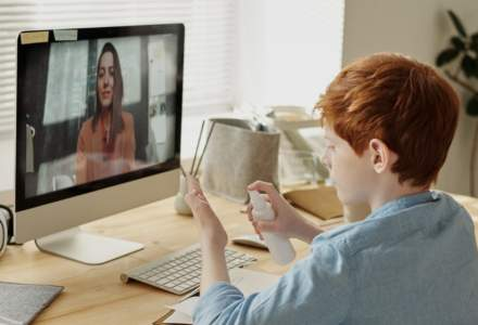 Sindicaliștii din învățământ vor spor pentru că fac școală online și asta îi expune la radiațiile laptopului