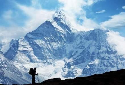 Trei tineri romani pleaca spre Everest, pe un traseu cu 160 de cadavre. Expeditia de zeci de mii de euro este finantata si de stat