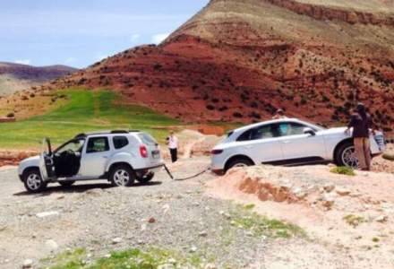 VIRALUL SAPTAMANII Dacia Duster salveaza un Porsche Macan blocat in Maroc