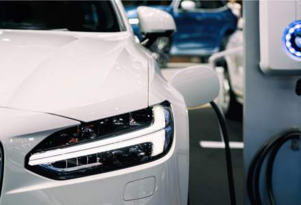 Raport Deloitte: Vânzările de mașini electrice vor crește anual cu 30% în următorul deceniu, iar una din trei mașini nou vândute în 2030 va fi electrică