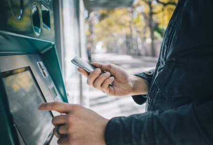UniCredit, a treia bancă din sistem care îți permite să scoți bani de la bancomat cu telefonul mobil
