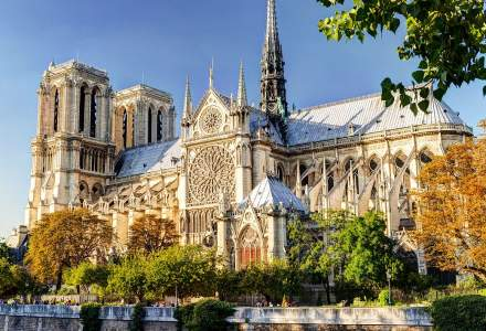 Membrii corului de la Notre-Dame din Paris au susţinut concertul de Crăciun purtând echipamente de securitate
