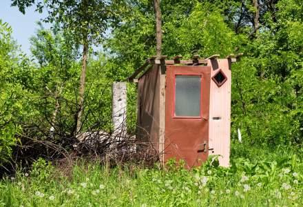 """Suntem campionii UE la """"WC-urile din fundul curții"""": 1 din 5 români locuiește într-o casă fără baie/toaletă/duș"""