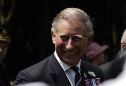 Printul Charles a fost primit cu aplauze la iesirea din Biserica Neagra